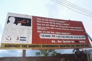 Un cartel en Freetown, Sierra Leona, insta a la población a hacerse la prueba de VIH en los hospitales, una práctica de prevención que disminuyó desde la epidemia de ébola. Crédito: Lansana Fofana/IPS