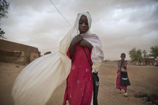 Niños en una tormenta de arena en Gao, Malí. Crédito: Foto de la ONU/Marco Dormino