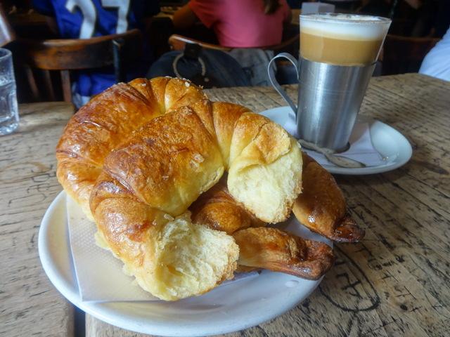 Medialunas con café con leche, un clásico desayuno en Argentina, en un típico bar de Buenos Aires. Desde ahora, estos cruasanes deberán estar libres de grasas trans en el país. Crédito: Fabiana Frayssinet/IPS