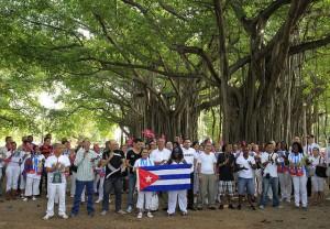 En primera fila, varios disidentes cubanos liberados en los primeros días del año, acompañados por opositores al gobierno de La Habana, entre ellos Bertha Soler (segunda por la derecha, en segunda fila), lideresa de la organización Las Damas de Blanco. Crédito: Jorge Luis Baños/IPS
