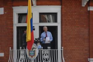 Julian Assange en una de sus excepcionales comparecencias desde la sede de la embajada de Ecuador en Londres, en la que está refugiado desde junio de 2012. Crédito: Creative Commons