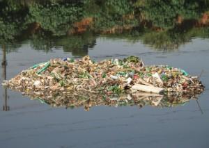 El río Pinheiros, que atraviesa São Paulo, totalmente contaminado, a su paso por barrio de lujosas residencias y oficinas. La contaminación destruyó muchos manantiales de la metrópoli brasileña y contribuye ahora a las penurias en su suministro de agua. Crédito: Rafael Neddermeyer/Fotos Públicas
