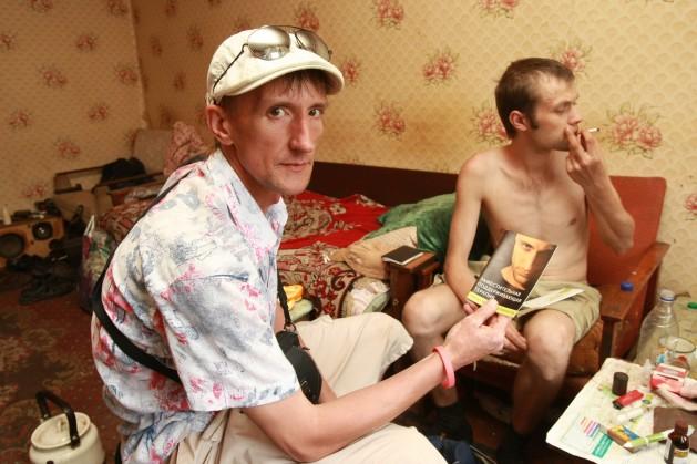 Un asistente social en el apartamento de un adicto a las drogas en Donetsk. Crédito: Natalia Kravchuk/International HIV/AIDS Alliance Ucrania ©