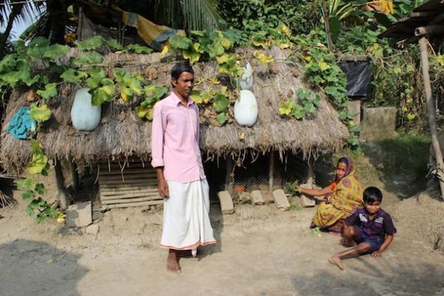 La familia Mandal vive en una granja de media hectárea en el Sundarbans y utiliza métodos integrados para asegurar la supervivencia. Crédito: Manipadma Jena/IPS