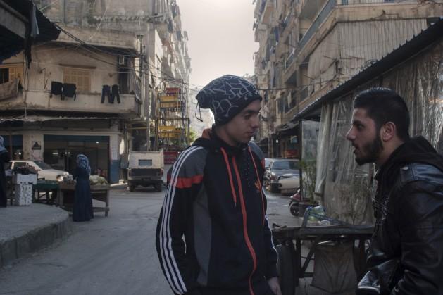 El estudiante de ingeniería Ahmad (a la derecha) charla con un amigo. Es un joven afortunado en el barrio de Bab al Tabbaneh porque pudo ir a la universidad gracias a una beca. Crédito: Oriol Andrés Gallart/IPS