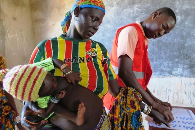 En Tapoa, Burkina Faso, una zona fronteriza con Níger, el departamento de ayuda humanitaria de la Comisión Europea financia a la ONG ACF para que brinde atención médica y nutricional, así como asistencia alimentaria y transferencias en efectivo a las familias más pobres. Crédito: ©EC/ECHO/Anouk Delafortrie/cc by 2.0