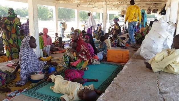 Refugiados nigerianos en Mora, Camerún, tras huir de los ataques armados de Boko Haram en septiembre de 2014. Crédito: ACNUR/D. Mbaoirem
