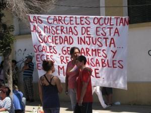 Familiares de los 81 internos muertos en un incendio en la carcel chilena de San Miguel, reclaman justicia para las víctimas.Crédito: Cortesía de Desconcierto.cl