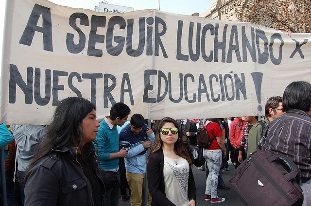 Jóvenes chilenos durante una de sus numerosas y multitudinarias marchas en demanda de una educación de calidad en Santiago, la capital. Crédito: Marianela Jarroud/IPS