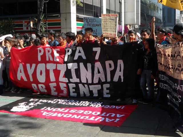 Una de las numerosas y multitudinarias manifestaciones en México, en demanda de que aparecieran los 23 estudiantes desaparecidos en Iguala. En la imagen, jóvenes protestan el 6 de noviembre, ante la sede de la Procuraduría General, en el Paseo de la Reforma, en la capital. Crédito: Emilio Godoy/IPS