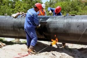 Ingenieros trabajan en un gasoducto de 512 kilómetros de longitud para ampliar la cantidad de gas transportado a Dar es Salaam. Crédito: Juma Mtanda