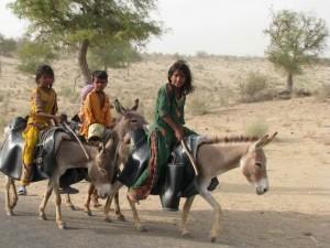 Los niños y las niñas son los más afectados por la sequía en Tharparkar, a menudo los primeros en caer víctimas de la diarrea y la neumonía provocadas por la desnutrición. Crédito: Irfan Ahmed/IPS