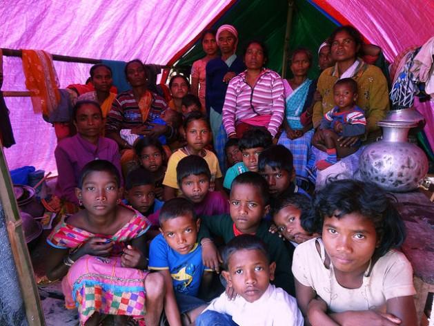 En el campamento de refugiados Serfanguri, en Kokrajar, las carpas no alcanzan para albergar a las 2.000 personas que llegaron el 23 de diciembre. Esta aloja a 25 mujeres y niños. Crédito: Priyanka Borpujari/IPS
