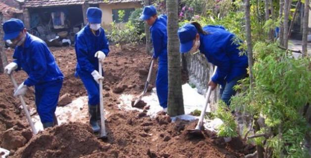 Limpieza en una de las casas más contaminadas de Dong Mai, Vietnam. Crédito: Instituto Blacksmith para una Tierra Pura