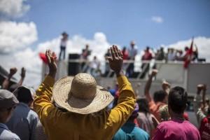 Campesinos del Movimiento de Trabajadores Rurales Sin Tierra reclamaron contra la concentración de tierras en Brasil, durante un acto de respaldo a la ocupación parcial de la Agropecuaria Santa Mônica, a 150 kilómetros de Brasilia, el 21 de febrero. Crédito: Cortesía del MST