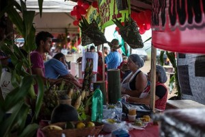 Los ocupantes de 400 hectáreas del latifundio de Santa Mônica venden sus productos agroecológicos en los municipios vecinos. Con ellos, promueven la agricultura familiar y sin pesticidas. Crédito: Cortesía del MST