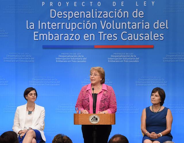 La presidenta Michelle Bachelet durante la firma del proyecto de ley que despenalizará el aborto en tres causales, con lo que Chile dejaría de ser uno de los cinco países del mundo que lo penaliza en forma absoluta. Crédito: Ximena Navarro/Gobierno de Chile