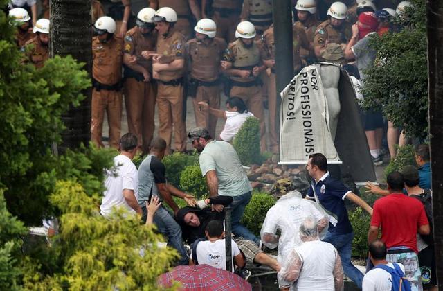 Detalle de una protesta de profesores y estudiantes en la ciudad de Curitiba el 12 de febrero, contra los recortes en el sector de educación en el sureño estado de Paraná, dentro de las medidas de austeridad en Brasil. Hay temor de que vuelvan las grandes movilizaciones a las calles del país. Crédito: Orlando Kissner/ Fotos Públicas