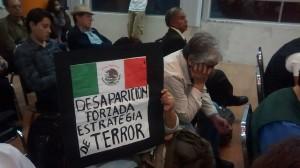 """""""Desaparición forzada, estrategia de terror"""", reza un cartel artesanal con la bandera de México, en un acto del 19 de febrero, para celebrar los 15 años de la organización Hijos por la Identidad y la Justicia y contra el Olvido y el Silencio, una de las organizaciones de familiares de desaparecidos surgidas para buscarlos y luchar por justicia para ellos. Crédito: Emilio Godoy/IPS"""