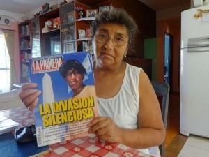 """Emiliana Mamani muestra una revista del año 2000, que alertaba de """"la invasión silenciosa"""" de bolivianos en Argentina, donde incluso, aseguró, se manipuló la foto para que el inmigrante apareciese sin un diente. La inmigrante boliviana recuerda aquel episodio como el más duro en sus 30 años en el país de acogida. Crédito: Fabiana Frayssinet/IPS"""