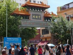 Arco de entrada al Barrio Chino de Buenos Aires, en que destaca un cartel que promueve la renovación del sistema ferroviario de Argentina, en parte financiada por Beijing. Crédito: Fabiana Frayssinet/IPS