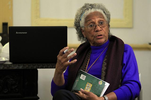 La escritora y activista Daisy Rubiera, fundadora y lideresa del grupo Afrocubanas, durante la tertulia Reyita, el 20 de febrero, que se celebra trimestralmente en La Habana y que en esta ocasión se dedicó a los estereotipos racistas de la familia. Crédito: Jorge Luis Baños /IPS