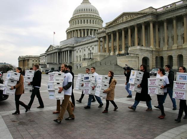 Representantes de más de 30 grupos ecologistas entregaron más de 800.000 mensajes al senador demócrata Harry Reid y al senador republicano Mitch McConnell en 2012 contrarios al oleoducto Keystone XL. Crédito: 350.org/cc by 2.0