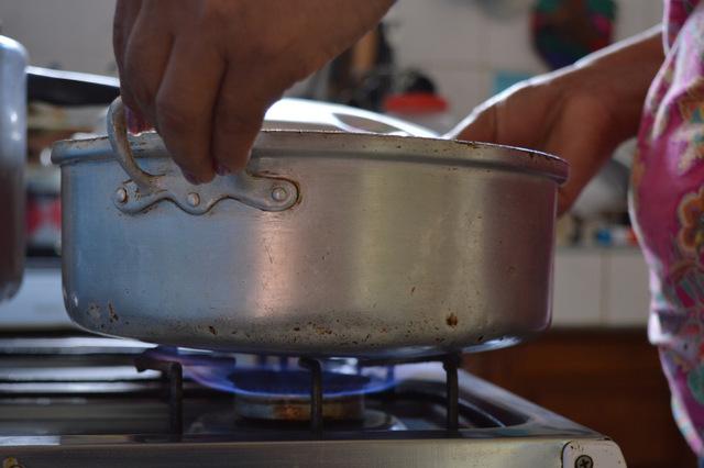 La médica rural Arianna Toledo calienta agua en su cocina a biogás en su vivienda de Cuatro Esquinas, en el municipio Los Arabos, en Cuba. Crédito: Cortesía de Randy Rodríguez Pagés/Acción Ecuménica Sueca