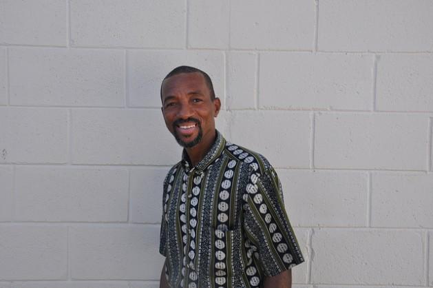 El pintor Edison Liburd, en St. John, Antigua. Crédito: Desmond Brown/IPS