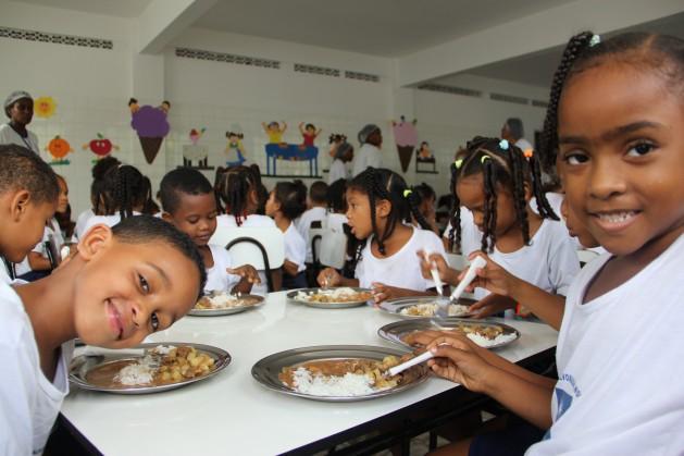 Niños brasileños reciben su almuerzo diario en el jardín de infantes de una localidad pobre de Salvador, Bahía. Crédito: Carolina Montenegro/PMA