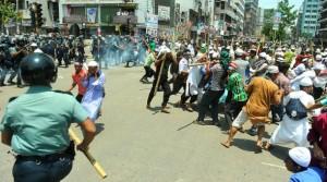 Manifestantes se enfrentan a la policía en Dacca, la capital de Bangladesh, en mayo de 2013. Crédito: Kajul Hazra/IPS