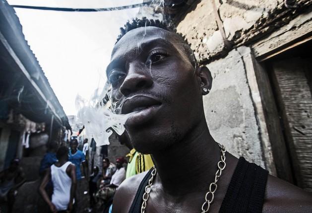 Un joven fuma marihuana en Freetown, la capital de Sierra Leona. Crédito: Tommy Trenchard/IPS