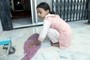 En toda India hay niños que trabajan, como esta niña que limpia en la casa de una adinerada familia urbana. Crédito: Fahim Siddiqi/IPS