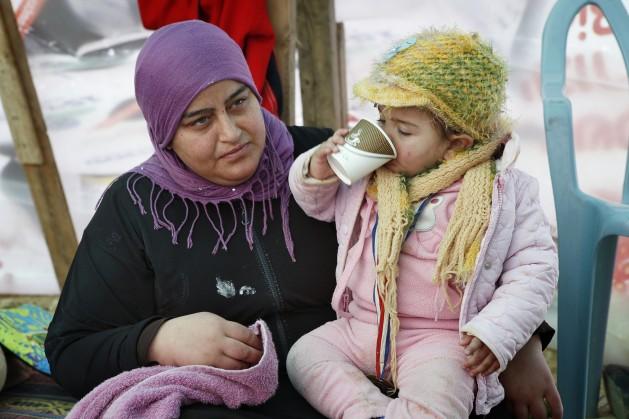 Mariam Abu Madegham Al Turi con su sobrina en la carpa de su familia en Al Araqib, en el desierto de Néguev. La tienda fue construida tras la demolición de la aldea por las autoridades israelíes el 14 de enero de 2015. Crédito: Silvia Boarini / IPS