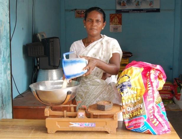 Las mujeres de los grupos de auto-ayuda en un pequeño pueblo pesquero del sureño estado de Tamil Nadu ganan unos 80 dólares al mes. Apenas les alcanza para mantener a su familia, a pesar de que el gobierno les otorga una vivienda gratuita, pero es algo ante la disminución de la pesca. Crédito: Nachammai Raman/IPS