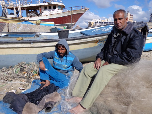 El bloqueo de Israel destruyó los medios de vida de Fathi Said y Mustafa Jarboua, pescadores de Gaza. Crédito: Mel Frykberg/IPS