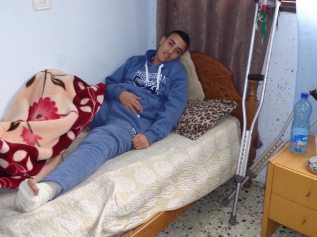 Soldados israelíes balearon a Nasser Murad Safi, de 15 años, y le quebraron la pierna durante enfrentamientos en los que jóvenes palestinos arrojaron piedras a las fuerzas de Israel. Crédito: Mel Frykberg/IPS