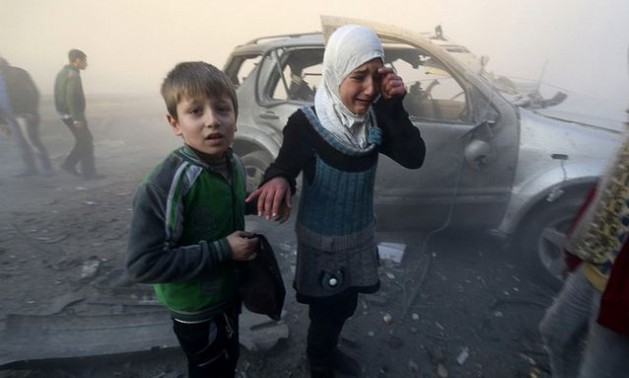 Una niña llora tras el impacto de lo que activistas aseguran fueron bombas de barril lanzadas por las fuerzas gubernamentales en el barrio de Dahret, en Alepo, el 29 de enero de 2014. Crédito: Freedom House/cc by 2.0