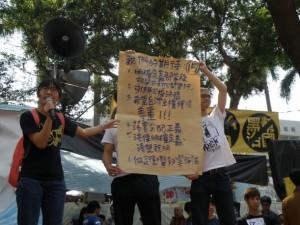 Activistas del Movimiento Estudiantil Girasol exigen la inclusión de los principios de justicia distributiva y democracia directa en la constitución de Taiwán durante la ocupación del parlamento en abril de 2014. Crédito: Dennis Engbarth/IPS