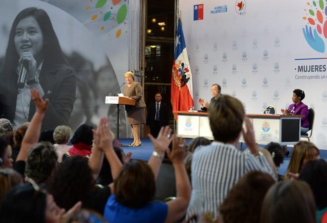 La presidenta de Chile, Michelle Bachelet, durante la clausura de la reunión internacional sobre Mujeres en el Poder. En el podio, el secretario general de la ONU, Ban ki-moon, y la directora ejecutiva de ONU Mujeres, Phumzile Mlambo-Ngcuka. Crédito: Gobierno de Chile