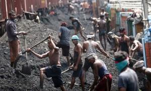 Obreros del carbón en India. Crédito: Jaipal Singh / EPA