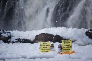 Activistas de Greenpeace protestan en 2014 en el río Santiago, en el occidental estado mexicano de Jalisco, en contra de la contaminación industrial de los afluentes. Crédito: Cortesía de Greenpeace