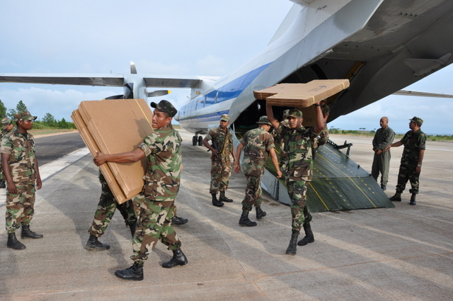 Soldados de Nicaragua bajan material electoral de un avión militar Antonov 26, parte de la cooperación rusa con el país. Crédito: Cortesía del Ejército de Nicaragua