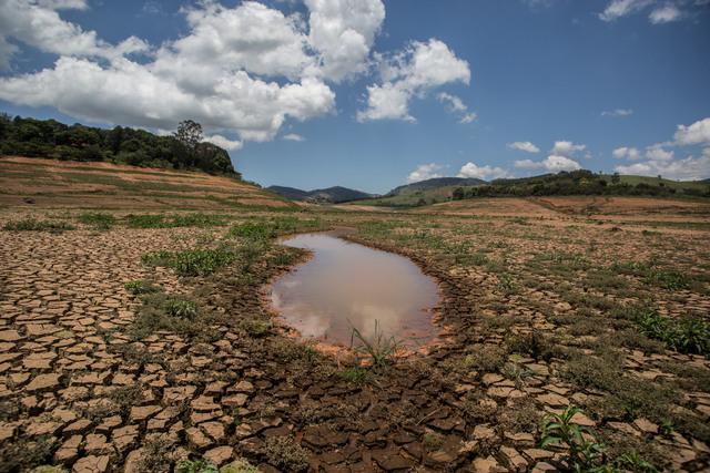 Un pequeño charco es lo que quedó en una de las represas del Sistema Cantareira, que abastecía casi la mitad de la Región Metropolitana de São Paulo. Crédito: Cortesía de Ninja/ContaDagua.org