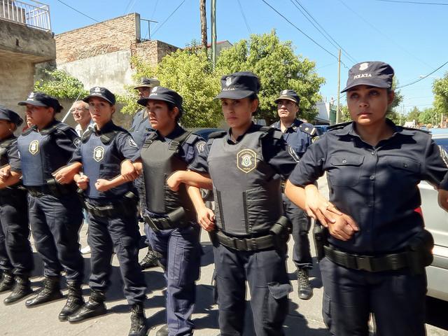Las mujeres son ya una presencia habitual en las actuaciones de las diferentes fuerzas policiales de Argentina, incluidas las del control de manifestaciones, como esta línea de contención de agentes femeninas de la Policía de la Provincia de Buenos Aires, durante una concentración en las calles de un suburbio de la capital. Crédito: Fabiana Frayssinet/IPS