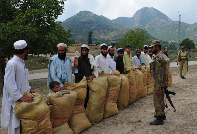 Desplazados recogen su asignación mensual de ayuda alimentaria en el norte de Pakistán. Crédito: Ashfaq Yusufzai/IPS