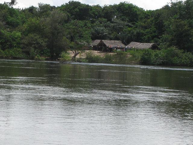 Aldea de los indígenas araras en la llamada Vuelta Grande del río Xingú, que no será inundada pero verá su flujo muy reducido al desviarse gran parte del agua por un canal que servirá a la central hidroeléctrica de Belo Monte, enclavada en la Amazonia brasileña y que será la tercera mayor del mundo. Crédito: Mario Osava/IPS