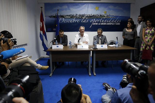 El director general para América del Servicio Europeo de Acción Exterior, Christian Leffler, en el centro, durante su encuentro con los periodistas en La Habana, tras la tercera ronda negociadora de Cuba y la Unión Europea para alcanzar un acuerdo marco de cooperación bilateral. Crédito: Jorge Luis Baños/IPS