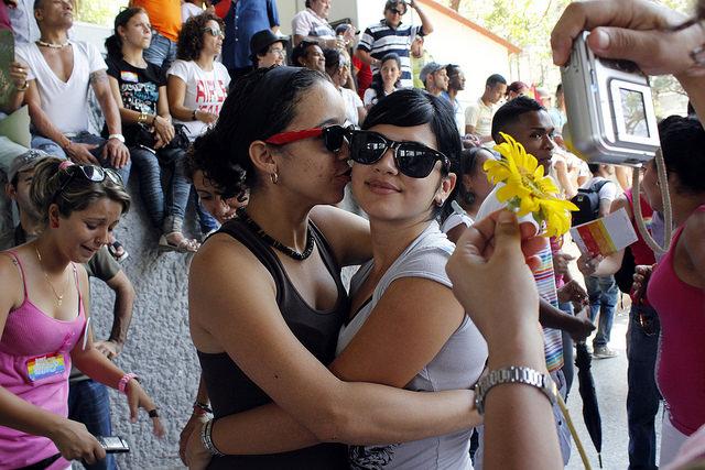 Dos mujeres se abrazan durante una jornada contra la homofobia, organizada en la capital de Cuba por el colectivo de Lesbianas Gay Bisexuales y Transexuales (LGBT). Crédito: Jorge Luis Baños/IPS