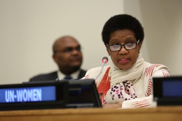 La directora ejecutiva de ONU Mujeres, Phumzile Mlambo-Ngcuka, habla en la Comisión de la Condición Jurídica y Social de la Mujer. Crédito: ONU Mujeres/Ryan Brown